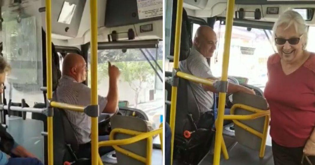 Motorista de ônibus sendo gentil com passageira idosa