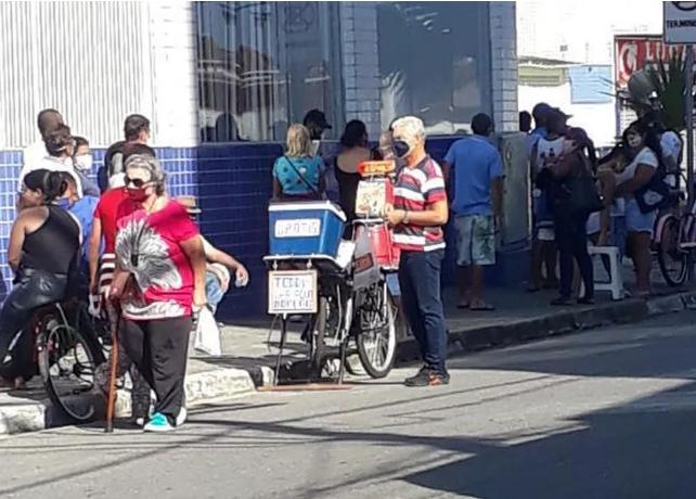 idoso levando lanche pessoas auxílio emergencial caixa econômica federal