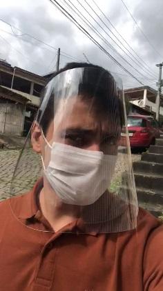 Rapaz usando protetores faciais