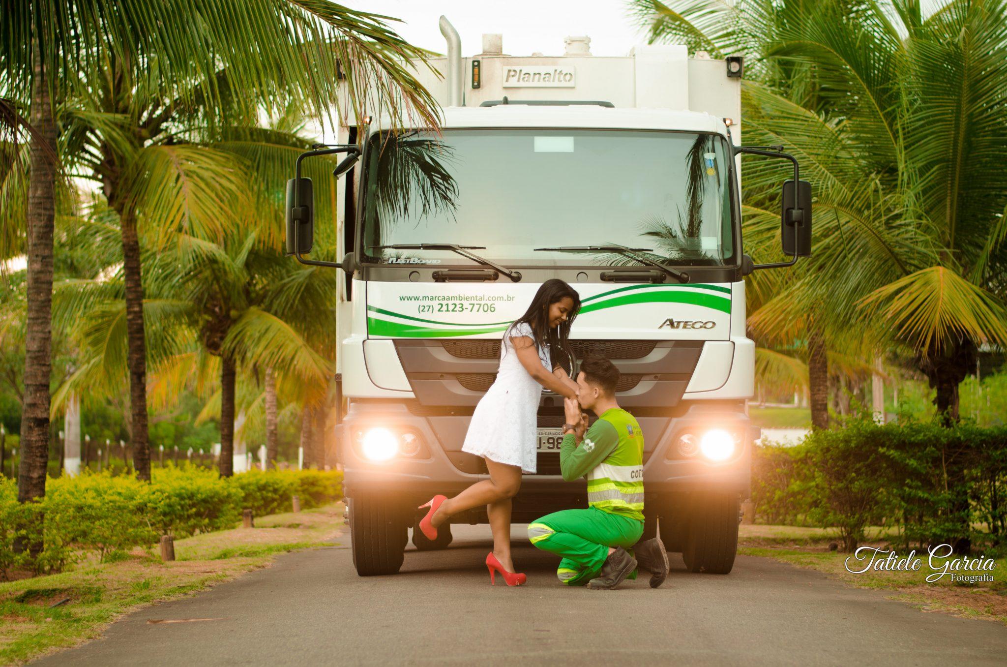 coletor de lixo ajoelhado beijando mão noiva ensaio-pré-casamento