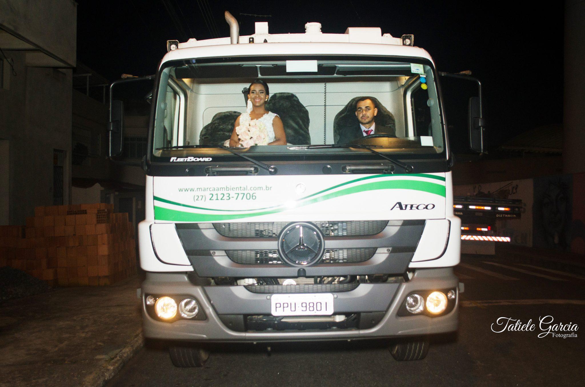 noiva caminhão de lixo chegando para casamento
