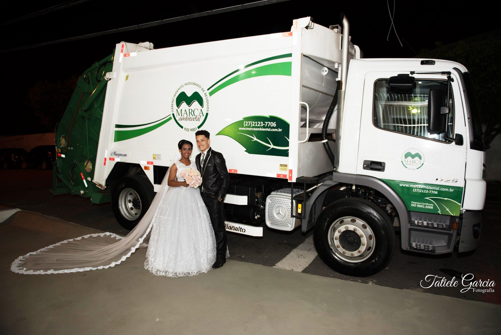 noivo e noiva ao lado caminhão de lixo
