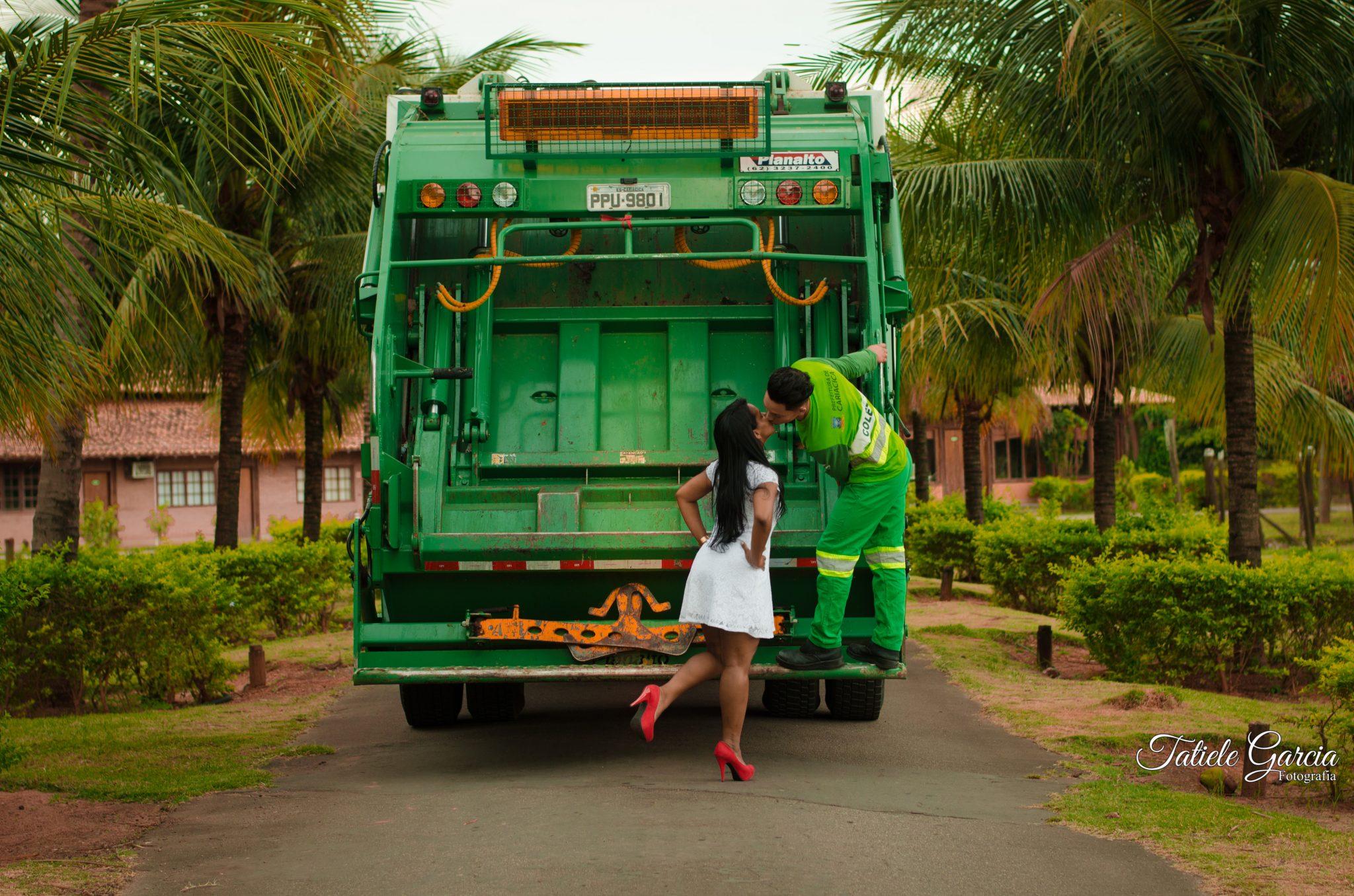 coletor de lixo em cima caminhão de lixo beijando noiva ensaio pré-casamento