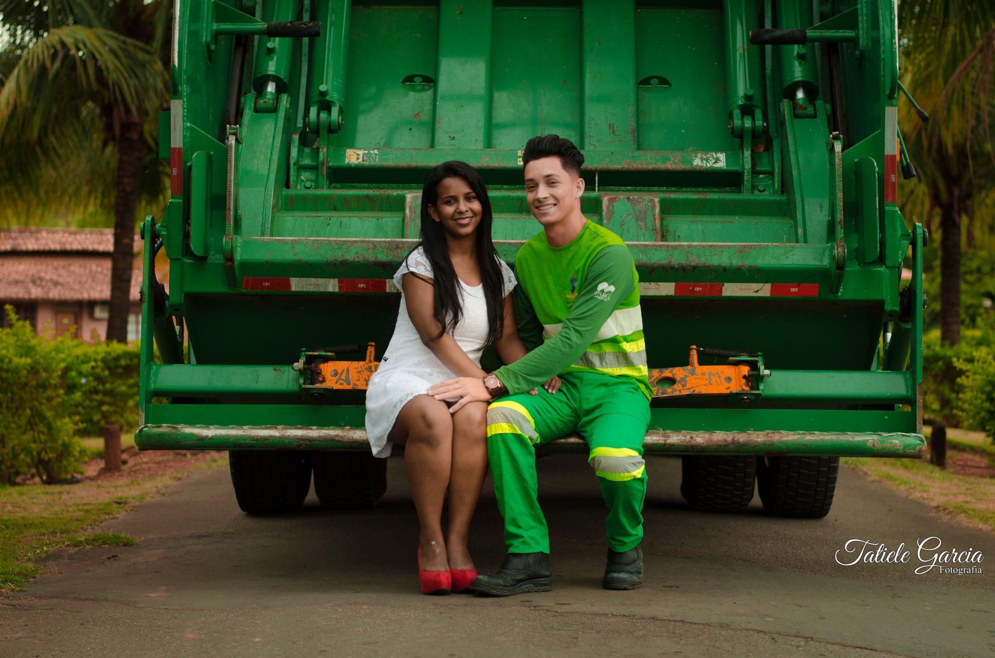 coletor de lixo e noiva ensaio pré-casamento sentados caminhão de lixo