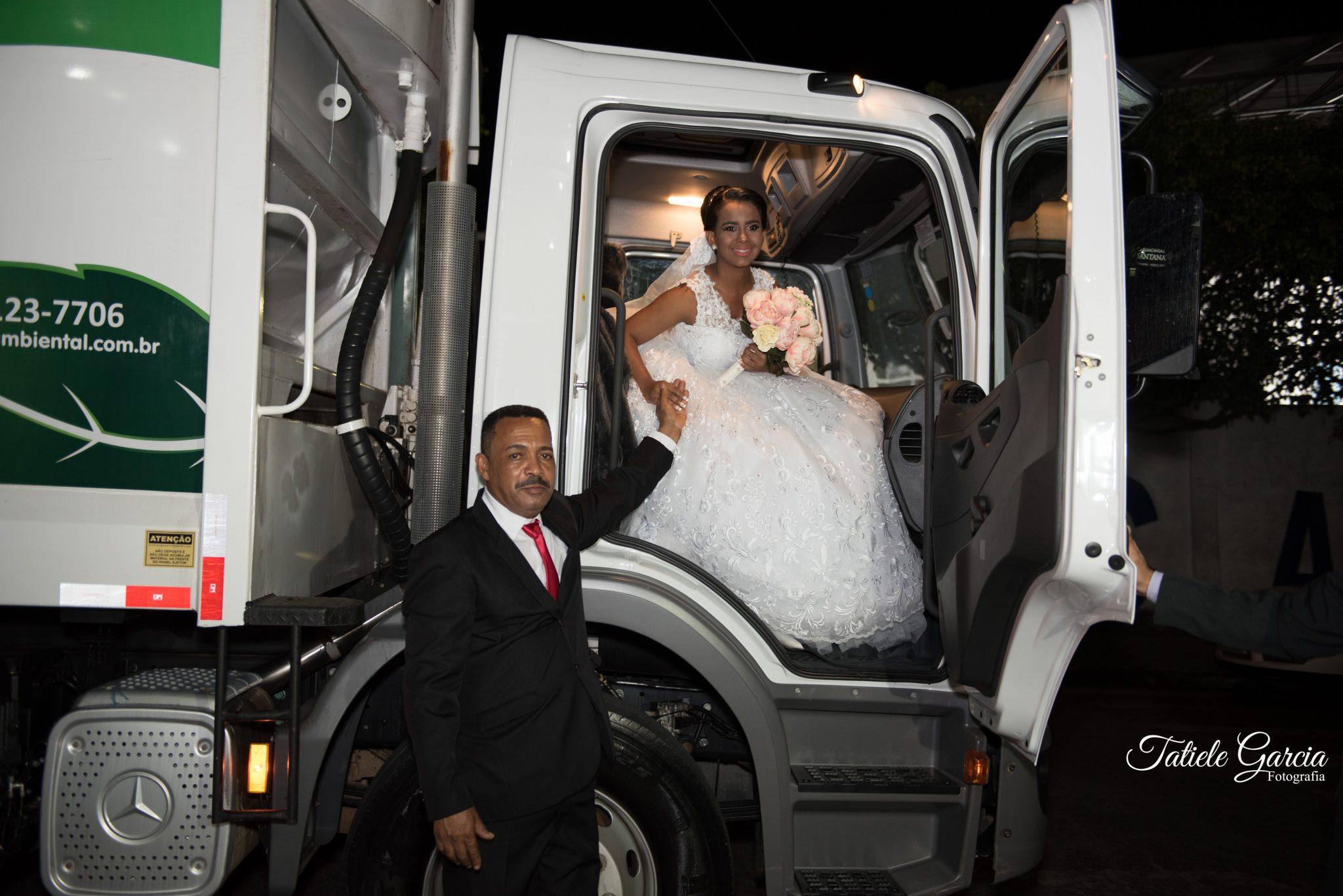 noiva descendo caminhão de lixo casamento