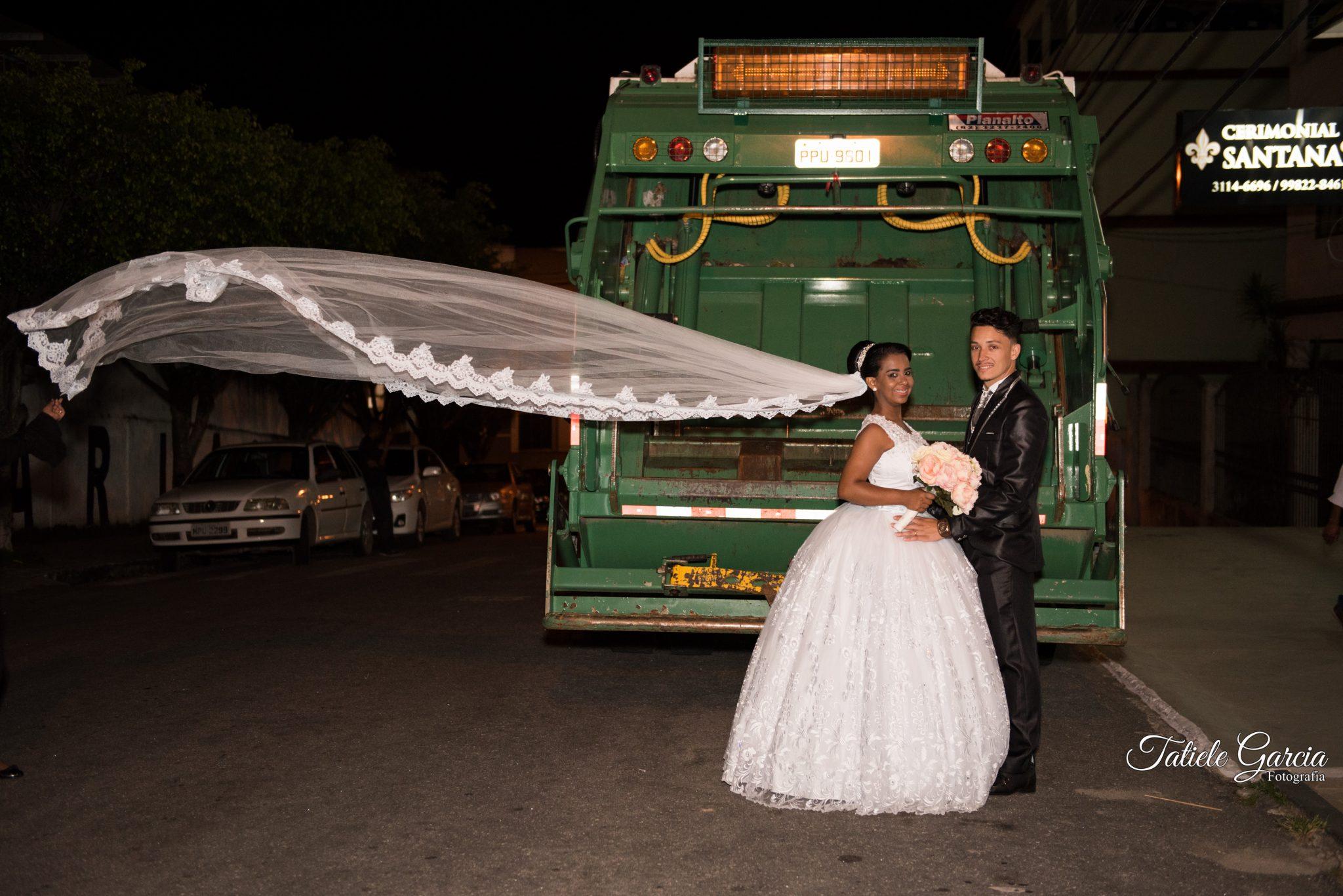noiva e noivo atrás caminhão de lixo