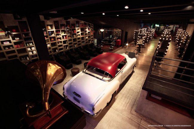 Salão de beleza conceitual com carro antigo no centro
