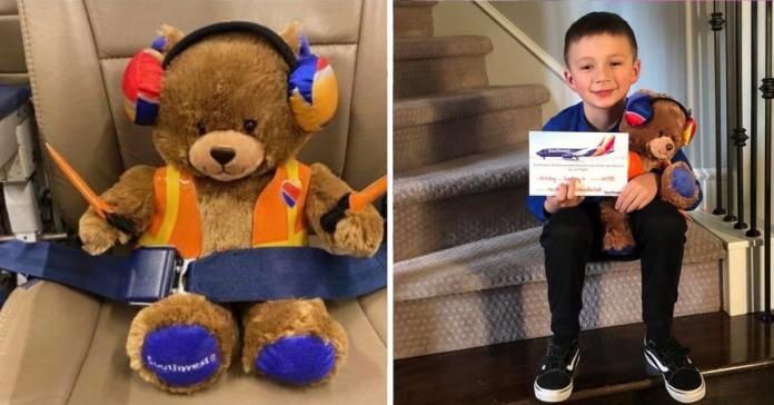 Imagem de ursinho de pelúcia em banco de avião e de criança com ursinho no colo na escada de casa e segurando cartão da companhia aérea