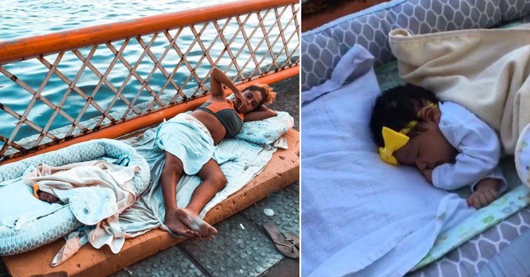 mãe e bebê recém-nascida deitadas colchão rua