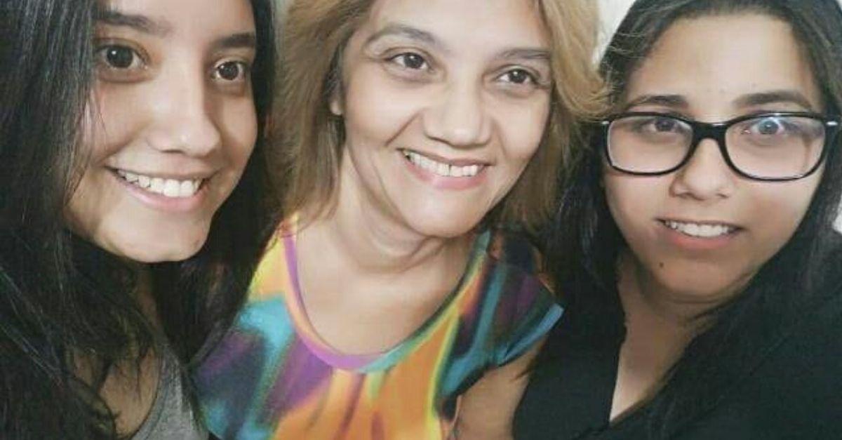 selfie irmãs gêmeas com mãe