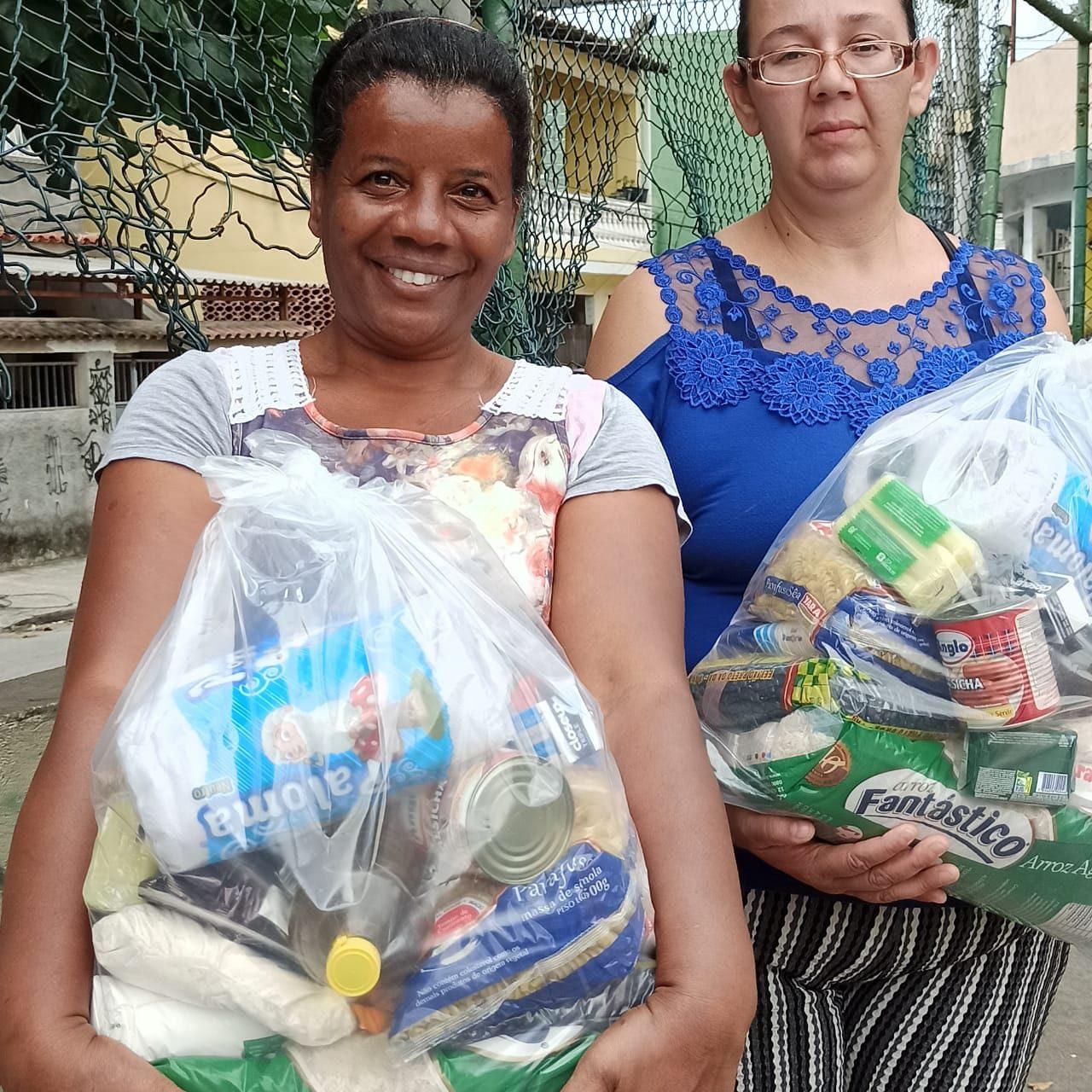 mulheres com cestas básicas