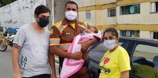 agentes de trânsito salvam bebê engasgada leite materno