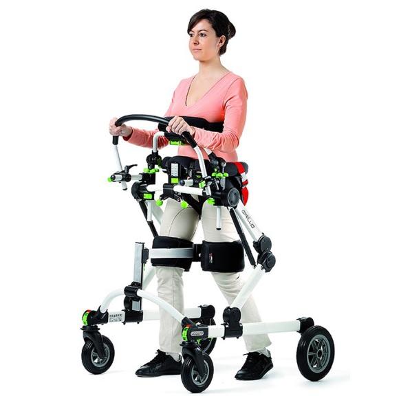 mulher usando andador
