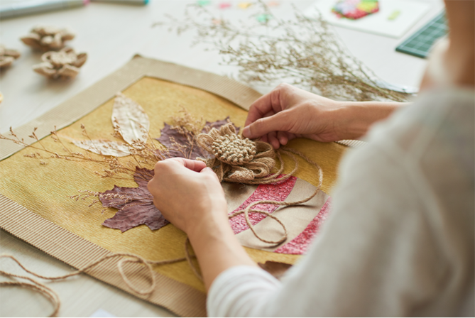 mulher fazendo artesanato