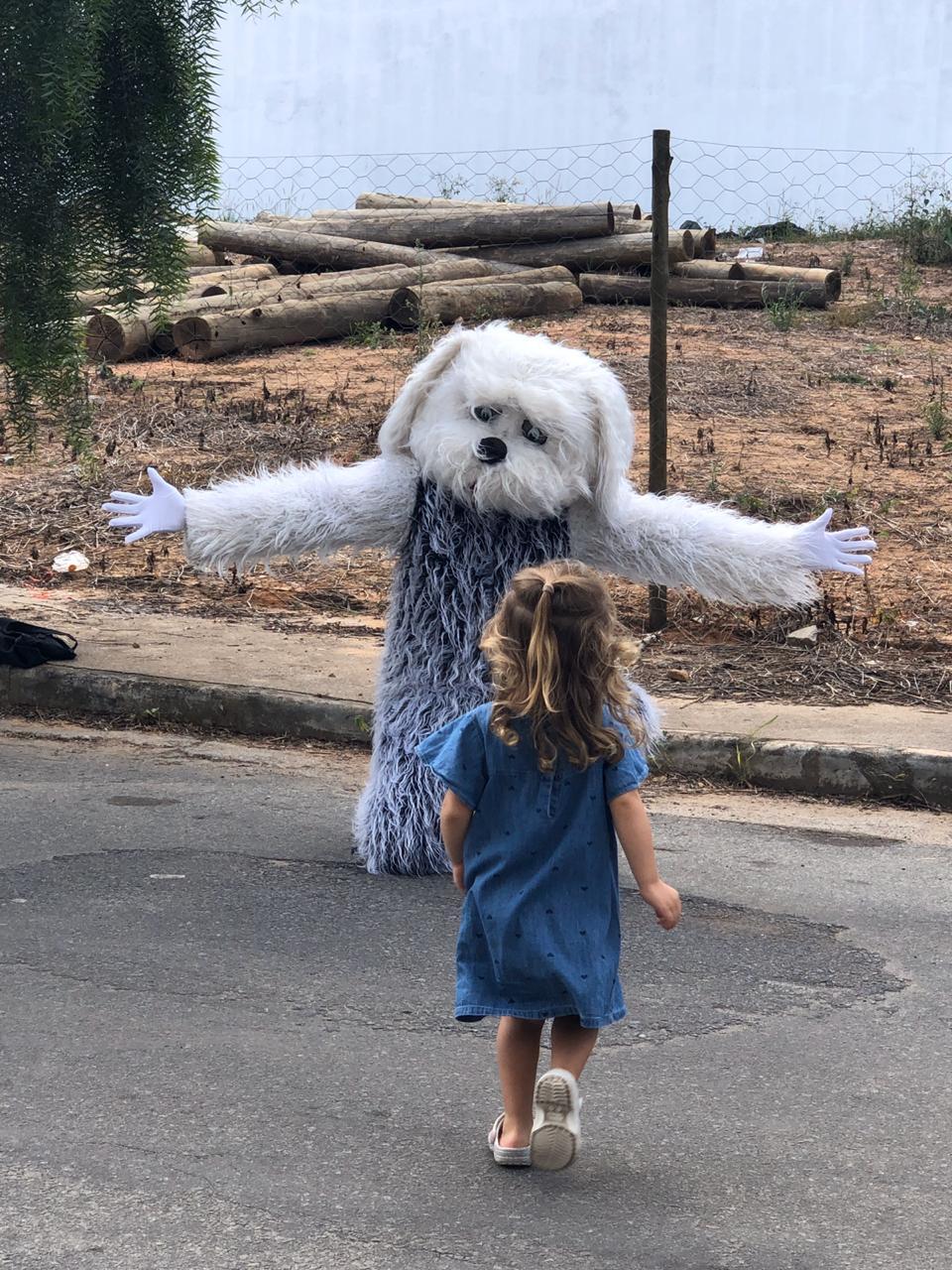 médico fantasiado cachorro braços abertos abraçar filha