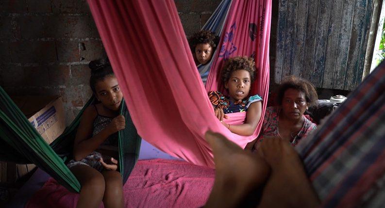crianças deitadas em rede casa periferia sobral ceará
