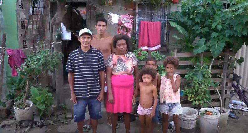 família em frente casa periferia sobral ceará