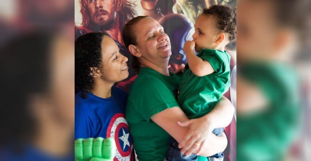 casal mães adota menino autista e deficiente visual