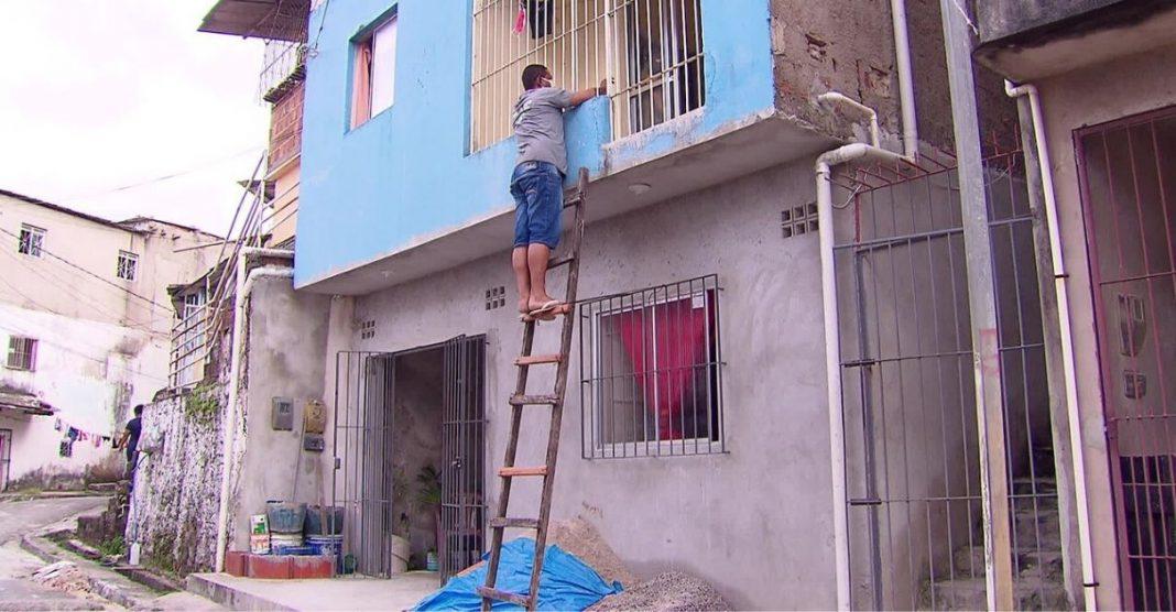 Filho usa escada para matar saudade da mãe de 80 anos sem violar quarentena em PE 2