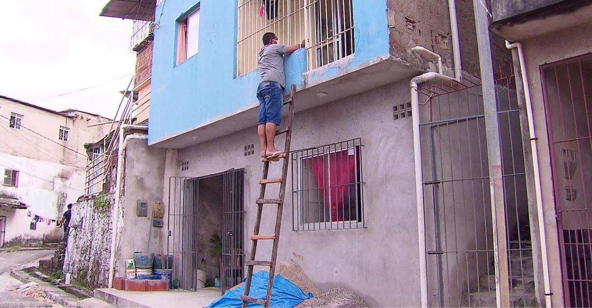 Filho usa escada para matar saudade da mãe de 80 anos sem violar quarentena em PE 1