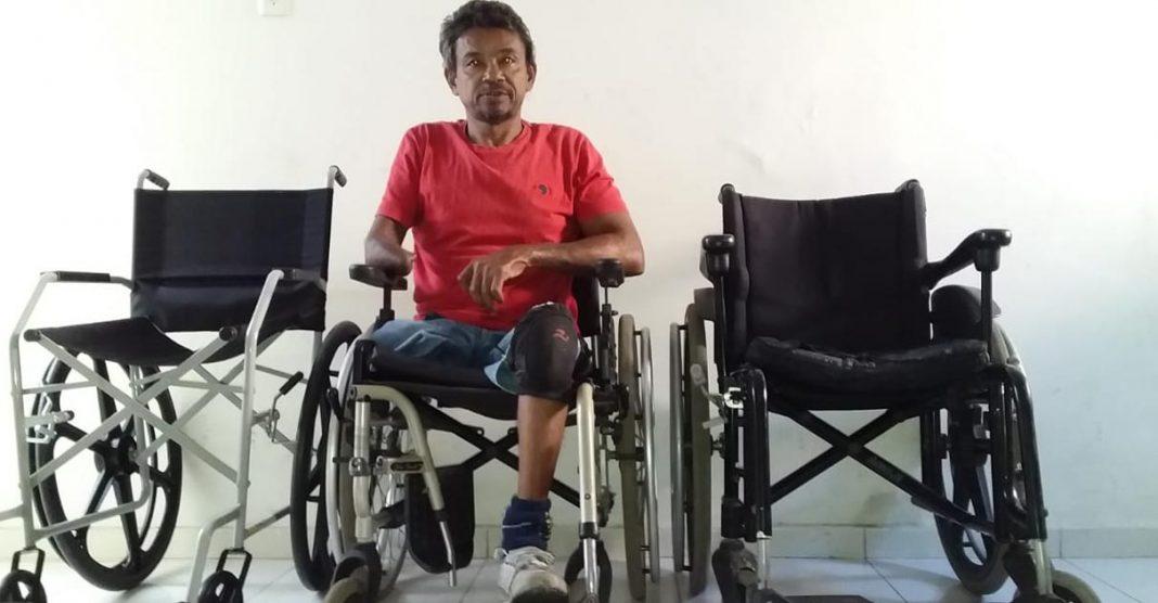 homem sentado cadeira de rodas