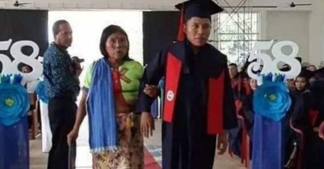 Jovem indígena se forma, leva a mãe para receber o diploma e faz lindo discurso para ela! 1