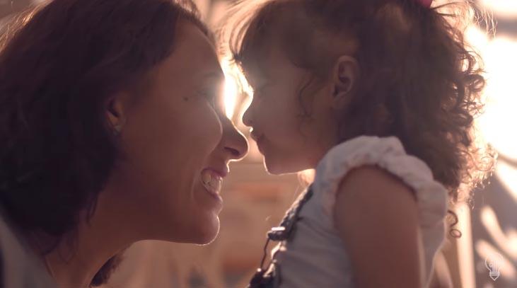 mãe e filha sorrindo por do sol