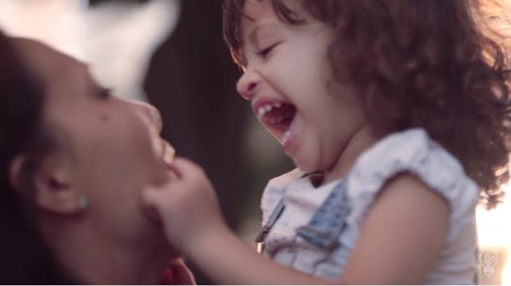 filha abrindo boca mãe sorrindo