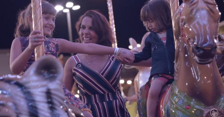 mãe com filhas carrossel parquinho