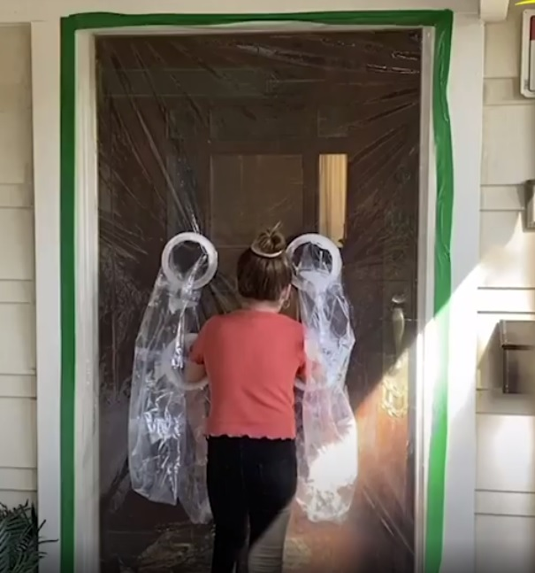 menina cria cortina do abraço para abraçar avós
