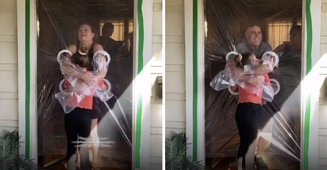 Menina de 10 anos cria 'Cortina do Abraço' para poder abraçar seus avós 2