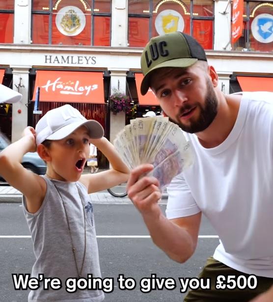 menino doa dinheiro que iria gastar com brinquedos para morador de rua emociona pai