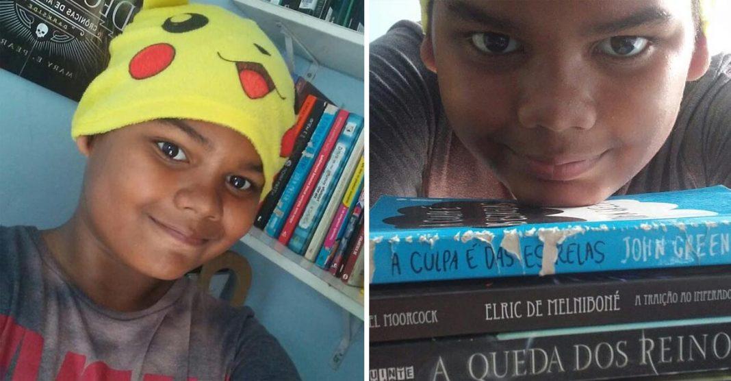 menino negro sorrindo livros
