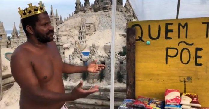 morador apresenta banco alimentos frente castelo de areia