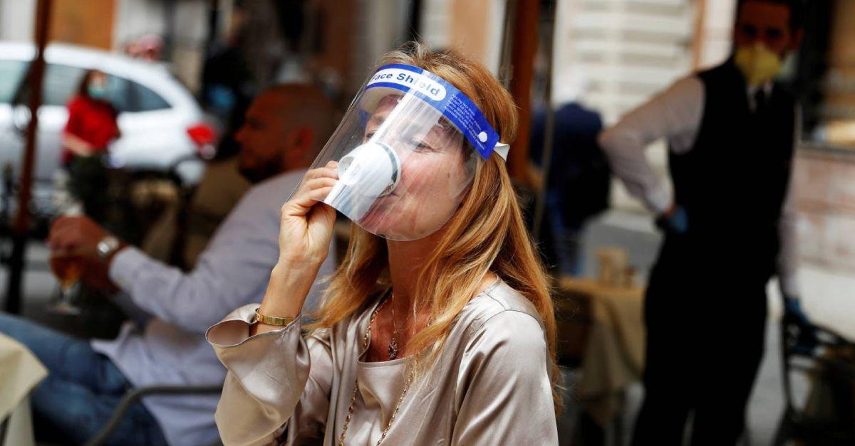mulher tomando café itália