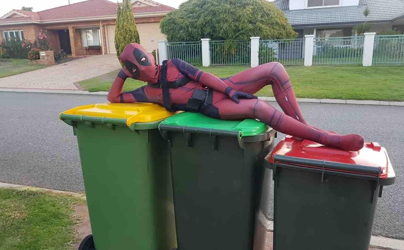 pessoas cosplay para retirar lixo de casa se divertir quarentena