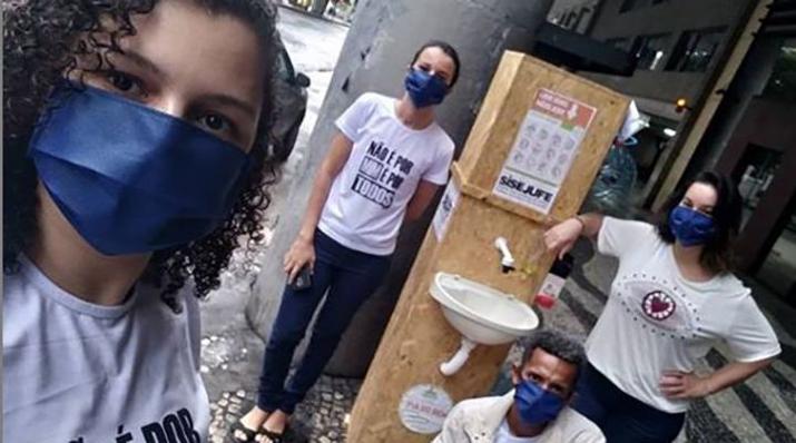 voluntários que montam pias para sem-teto lavar mãos pandemia coronavírus
