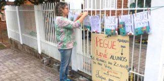 professora estende varal de casa com lições para alunos