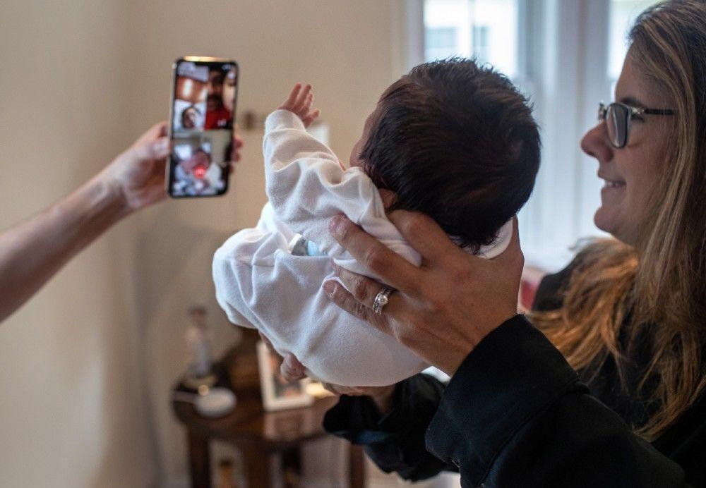 professora cuida bebê enquanto família contaminada coronavírus se recupera