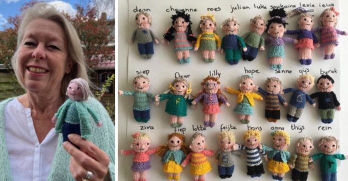 professora tricota bonecos de seus alunos