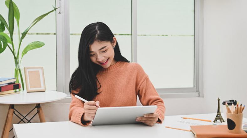 mulher mexendo tablet escritório home office