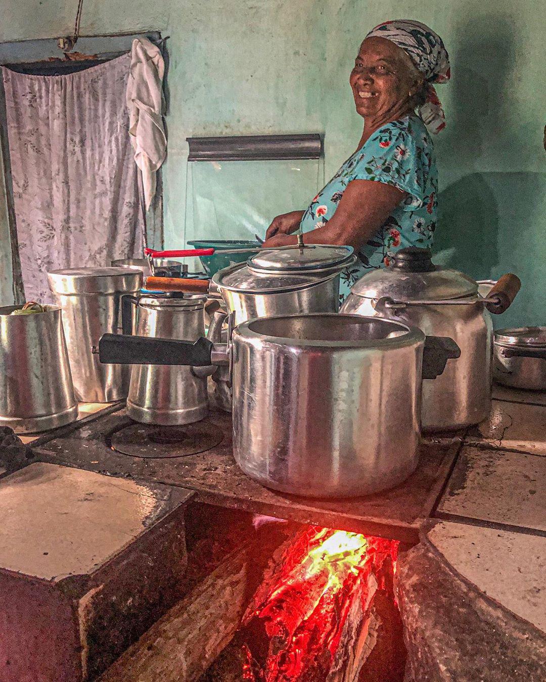mulher nordestina cozinhando fogão lenha
