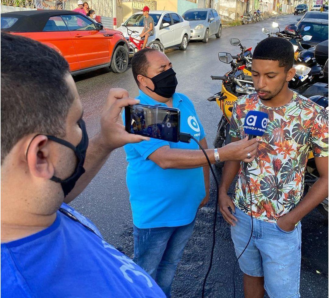 jornalista entrevistando rapaz rua