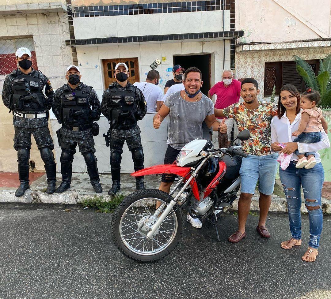 pessoas sorrindo com moto