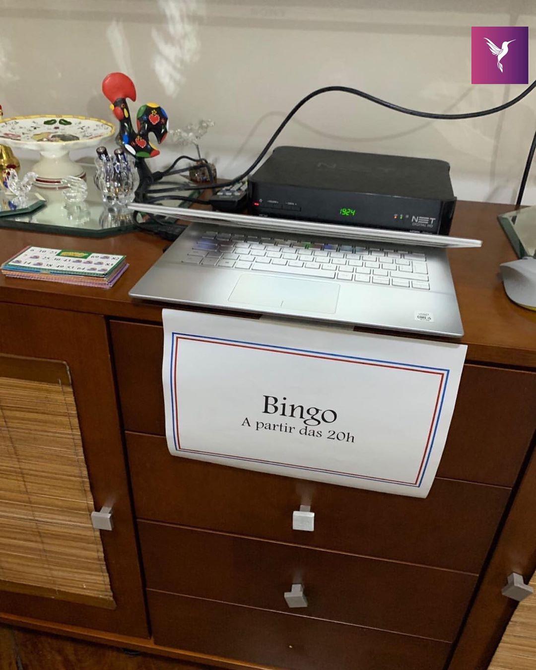 plaquinha bingo festa junina perto notebook