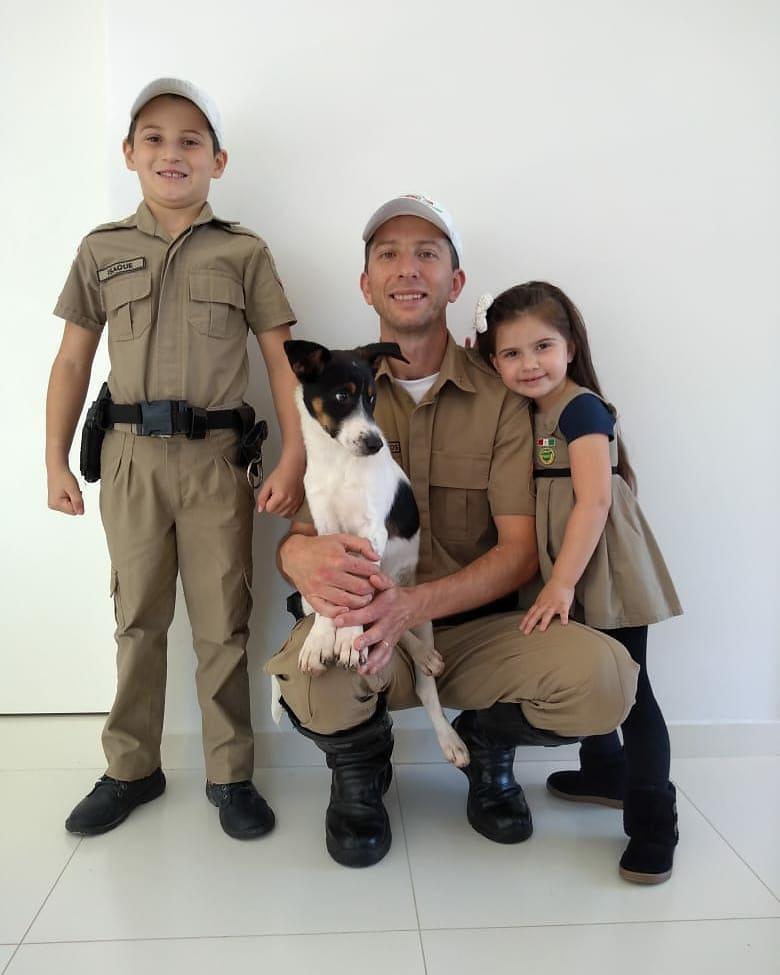policial filhos cãozinho invadiu viatura
