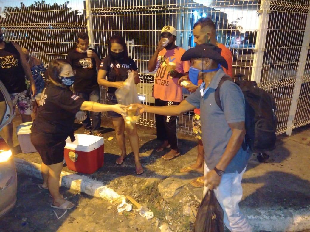 mulher distribui pão moradores rua