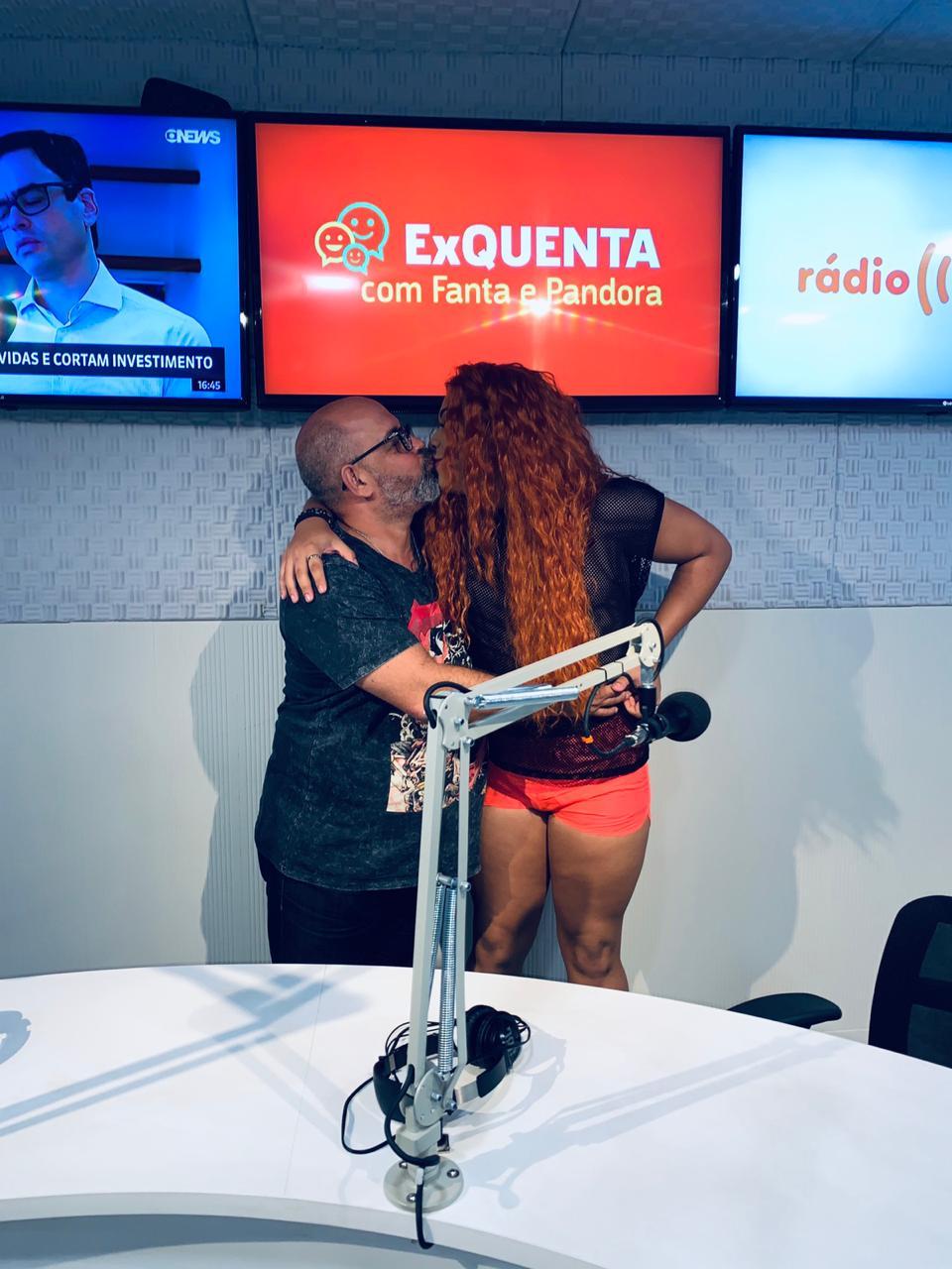 pai e filho gay dando selinho programa rádio