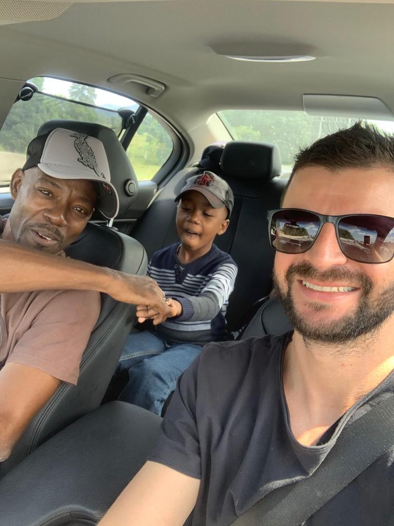 selfie empresario funcionário haitiano filho carro