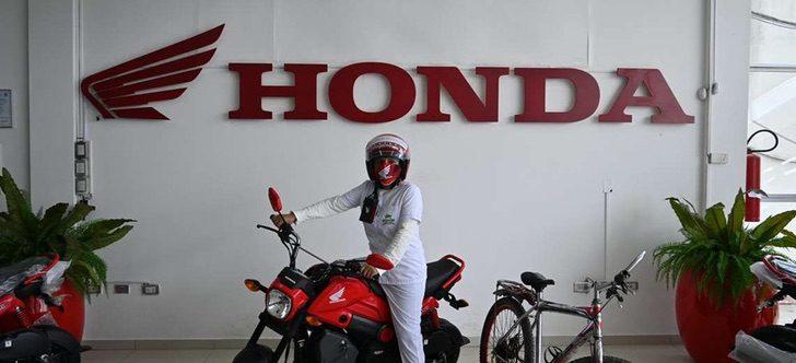 Imagem de Auxiliar de Enfermagem em cima de motocicleta doada pela Honda